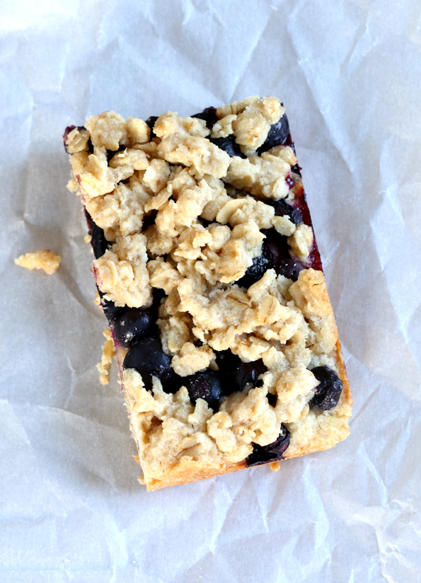 Gluten free blueberry oat bars, with an oat-shortbread crust, a thick layer of blueberries and a crispy crumb topping. Just like Starbucks!