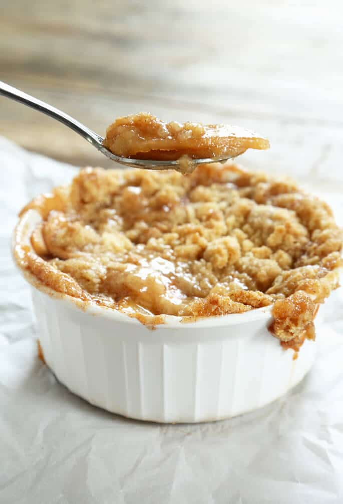 A close up of apple pie in a white dish