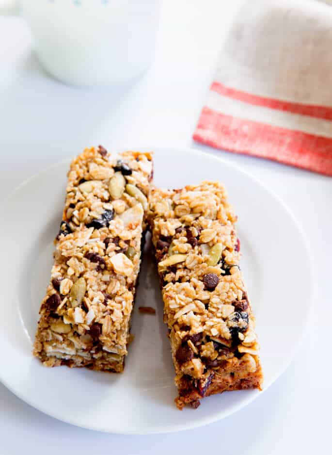 This chewy homemade granola bar recipe is endlessly customizable with different mix-ins and nuts. Perfect for school (or work) lunchboxes!