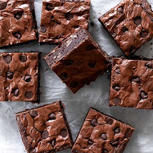 If your favorite brownies are like-the-boxed mix chewy gluten free brownies with that crackly top, this is your new favorite recipe.